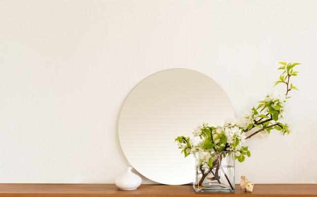 Biały salon minimalistyczny makieta półki wewnętrznej dekoracja salonu wnętrza domu. przytulne lustro na półce w pokoju