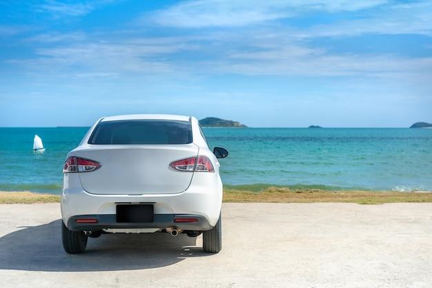 Biały samochodowy parking przy pięknym morzem w słonecznym dniu przy pięknym morzem w słonecznym dniu
