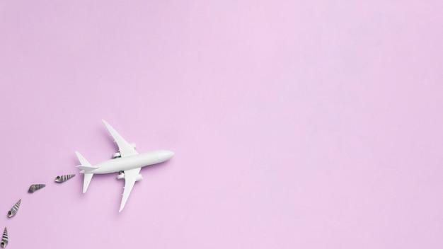 Biały samolot lecący i zanieczyszczający powietrze