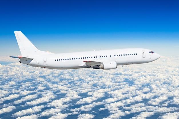 Biały samolot pasażerski na widoku z boku, leci na niebie poziom lotu.