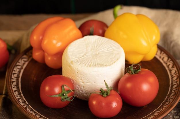 Biały ser, czerwone pomidory i żółta papryka