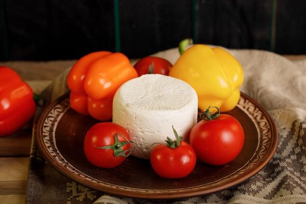 Biały ser podawany z pomidorami i kolorową papryką