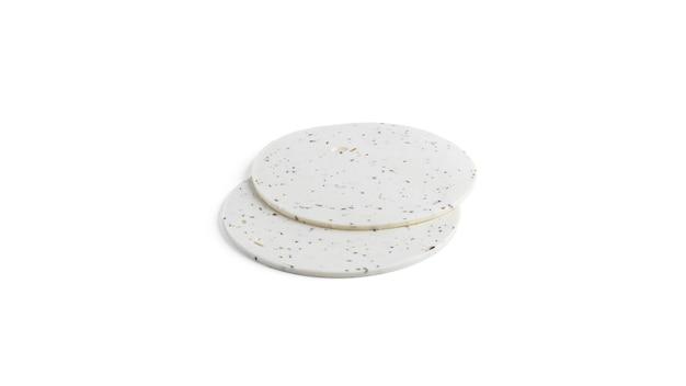 Biały ser watowany z ziołami prowansalskimi na białym tle.
