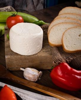 Biały ser z czosnkiem i pieprzem