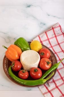 Biały ser z pomidorami i kolorową papryką