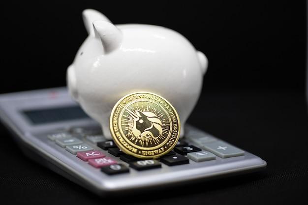 Biały skarbonka na czarnym tle. skarbonka do oszczędzania bogactwa pieniędzy i koncepcji finansów oraz copyspace do projektowania.