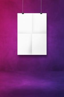 Biały składany plakat wiszący na fioletowej ścianie z klipsami. pusty szablon makiety