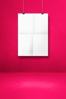 Biały składany plakat wiszący na różowej ścianie z klipsami. pusty szablon makiety