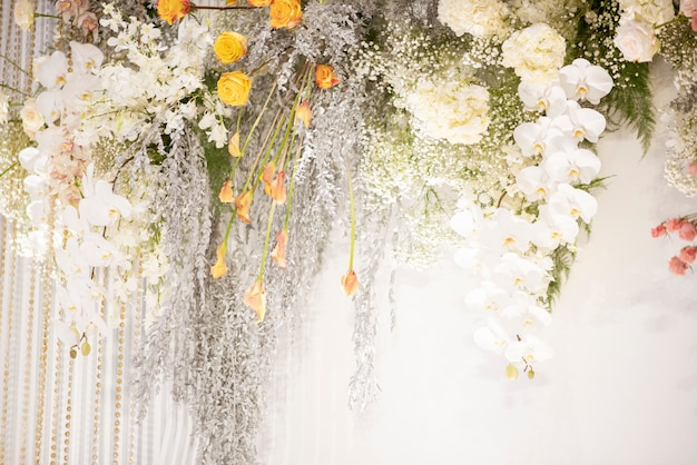 Biały ślub kwitnie na ścianie