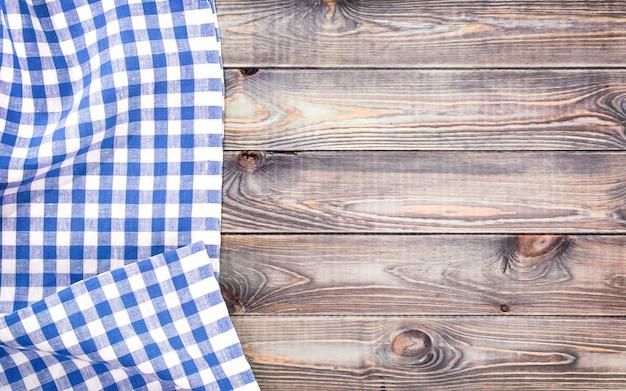 Biały stary drewniany stół z niebieskim obrusem w kratkę, widok z góry z miejsca kopiowania