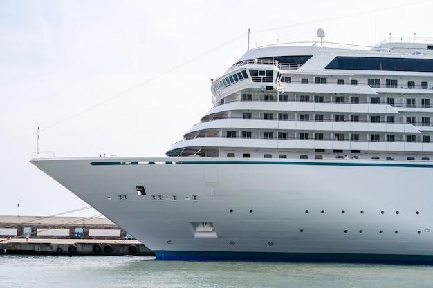 Biały statek wycieczkowy zacumowany przy nabrzeżu