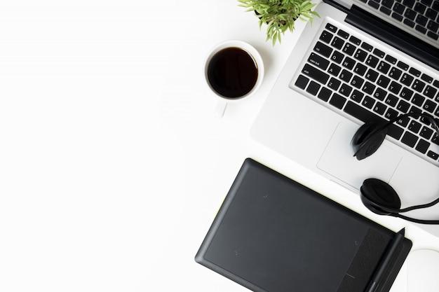 Biały stół biurkowy z myszką, laptopem i materiałami eksploatacyjnymi.
