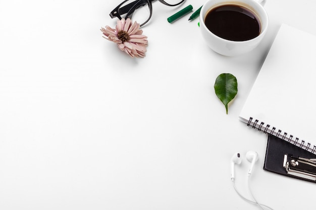 Biały stół biurowy, biznes i koncepcja edukacji. tło z copyspace