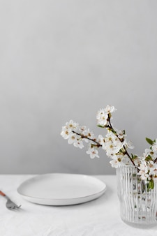 Biały stół na wyśmienitą aranżację posiłków