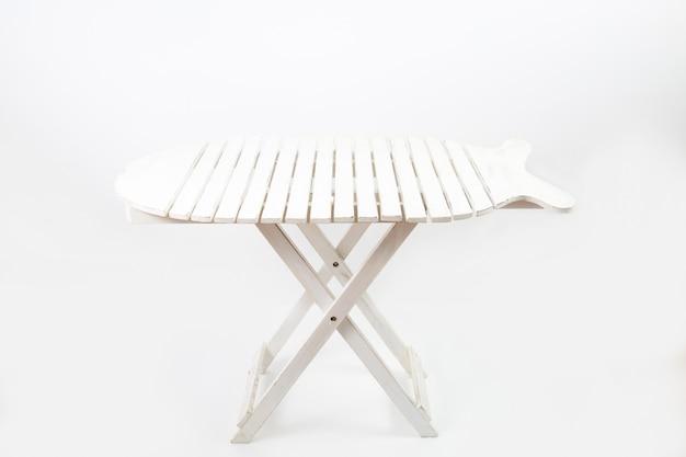 Biały stół piknikowy na białym tle na białej ścianie