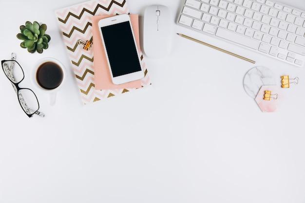 Biały stół roboczy biurka z materiałami biurowymi