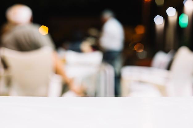 Biały stół w restauracji
