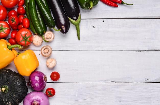 Biały stół z różnych warzyw
