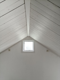 Biały sufit z oknem