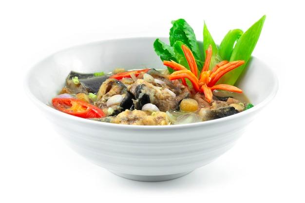Biały sum curry z ziołami i fermentowana ryba w mleku kokosowym dekoracja tajskiego jedzenia z rzeźbieniem chili i warzywa z boku