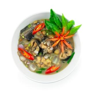 Biały sum curry z ziołami i sfermentowaną rybą w mleku kokosowym dekoracja kuchni tajskiej z rzeźbieniem w stylu chili i warzyw widok z góry