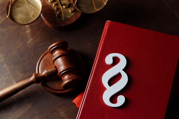 Biały symbol akapitu znajduje się na książkach prawniczych