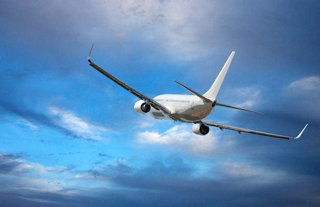 Biały szerokokadłubowy samolot pasażerski. samolot leci na niebieskim pochmurnym niebie