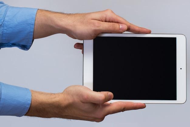 Biały tablet pc w ręce
