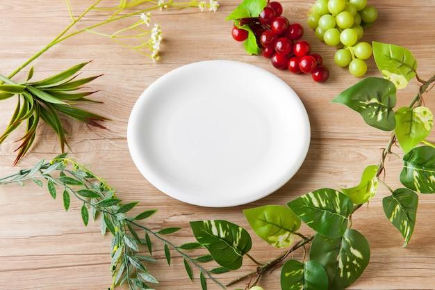 Biały talerz i obraz organiczny