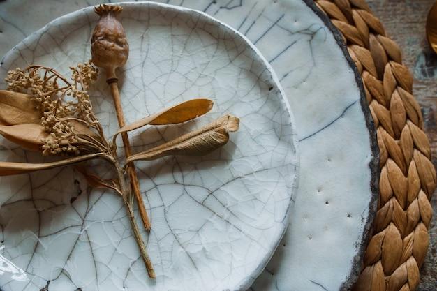 Biały talerz i złoty widelec z łyżką, urządzenia do smażenia, dekoracja ślubna.