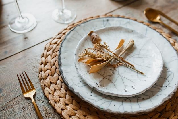 Biały talerz i złoty widelec z łyżką