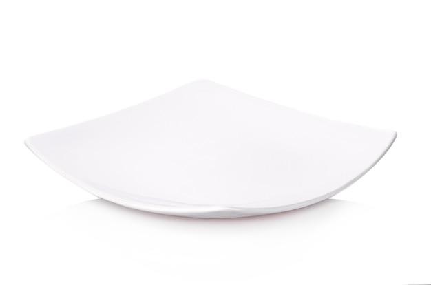 Biały talerz izoluje na białym tle