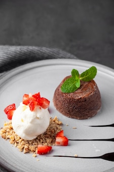 Biały talerz z czekoladowym kremowym ciastem z lodami