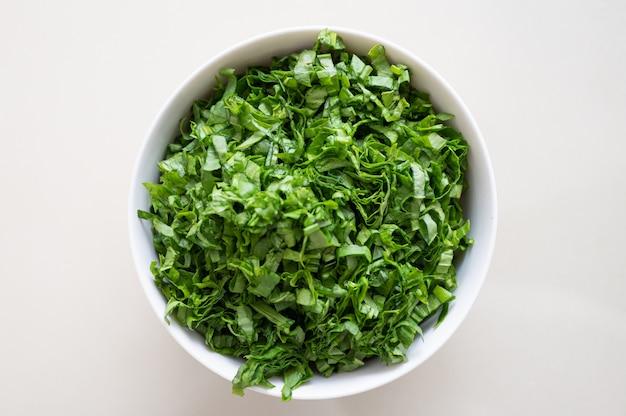 Biały talerz z ziołami. koncepcja wegetarianizmu.