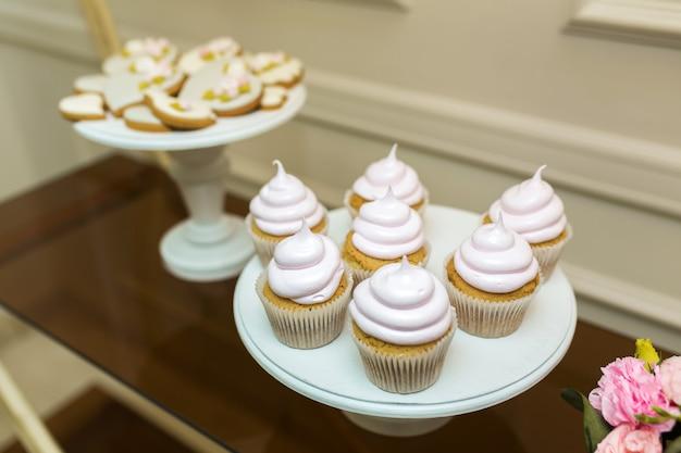Biały talerz ze słodkimi babeczkami