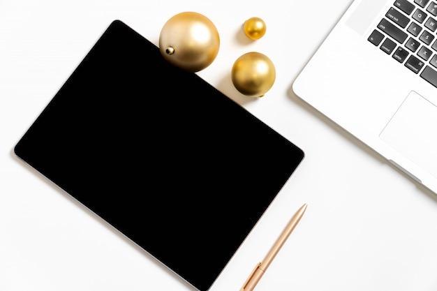 Biały tło pastylka pisma nowego roku postanowienie złotą piłkę planowania celów życiowych