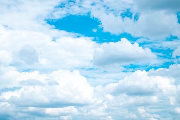 Biały tłuszcz chmurnieje niebieskie niebo