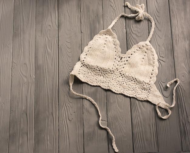 Biały top damski z dzianiny modny dwuczęściowy strój kąpielowy plażowy strój kąpielowy modne okulary przeciwsłoneczne. lato