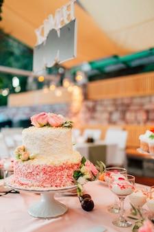 Biały tort weselny z kwiatami