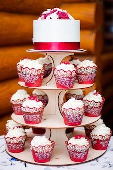 Biały tort weselny z ozdobną czerwoną wstążką