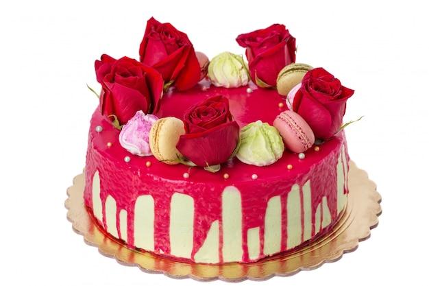 Biały tort weselny z wieloma czerwonymi różami