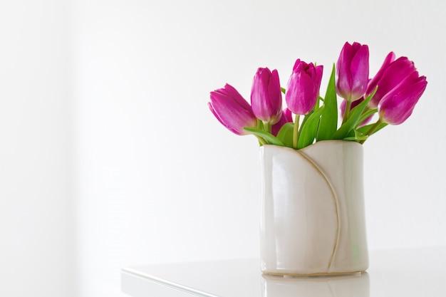 Biały wazon z fioletowe tulipany