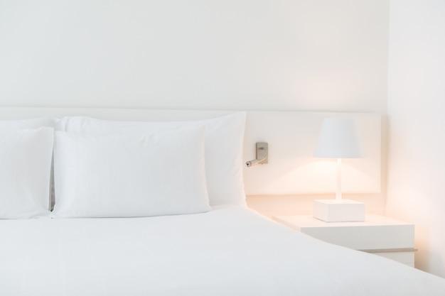 Biały wykonane łóżko