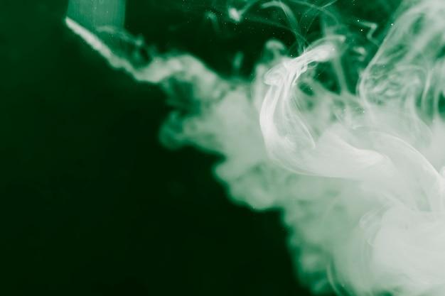 Biały wzór dymu z odwróconym filtrem