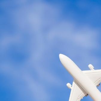 Biały zabawka samolot na niebie