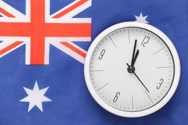 Biały zegar na tle flagi australii