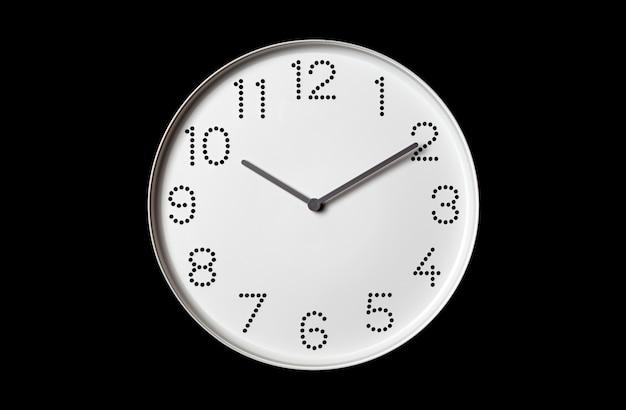 Biały zegar ścienny na czarnym tle
