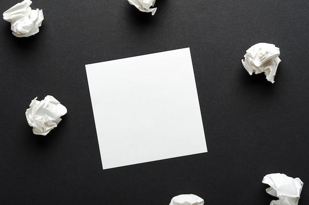 Biały zmięty papier i kartka papieru
