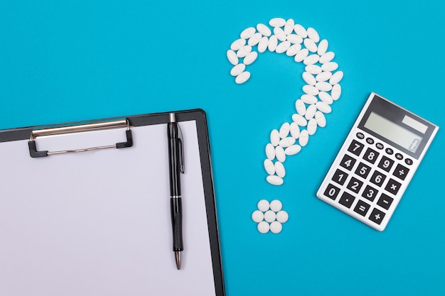 Biały znak zapytania i kalkulator przemysł farmaceutyczny i produkty lecznicze