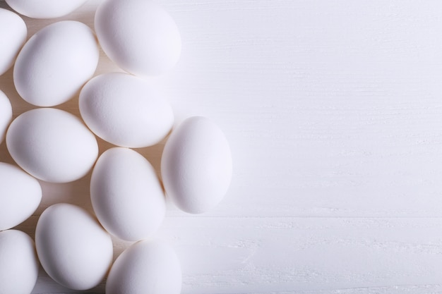 Białych jajek wzór na drewnianym stole.